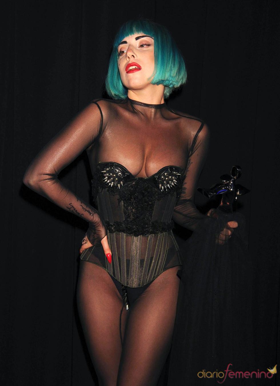 Lady Gaga con su premios de Moda CFDA 2011
