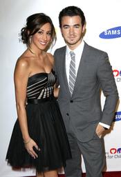 Kevin Jonas y su mujer en una gala benéfica
