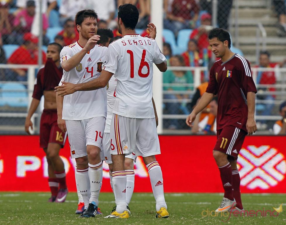 Xabi Alonso y Sergio Busquets celebran la victoria de España en Venezuela