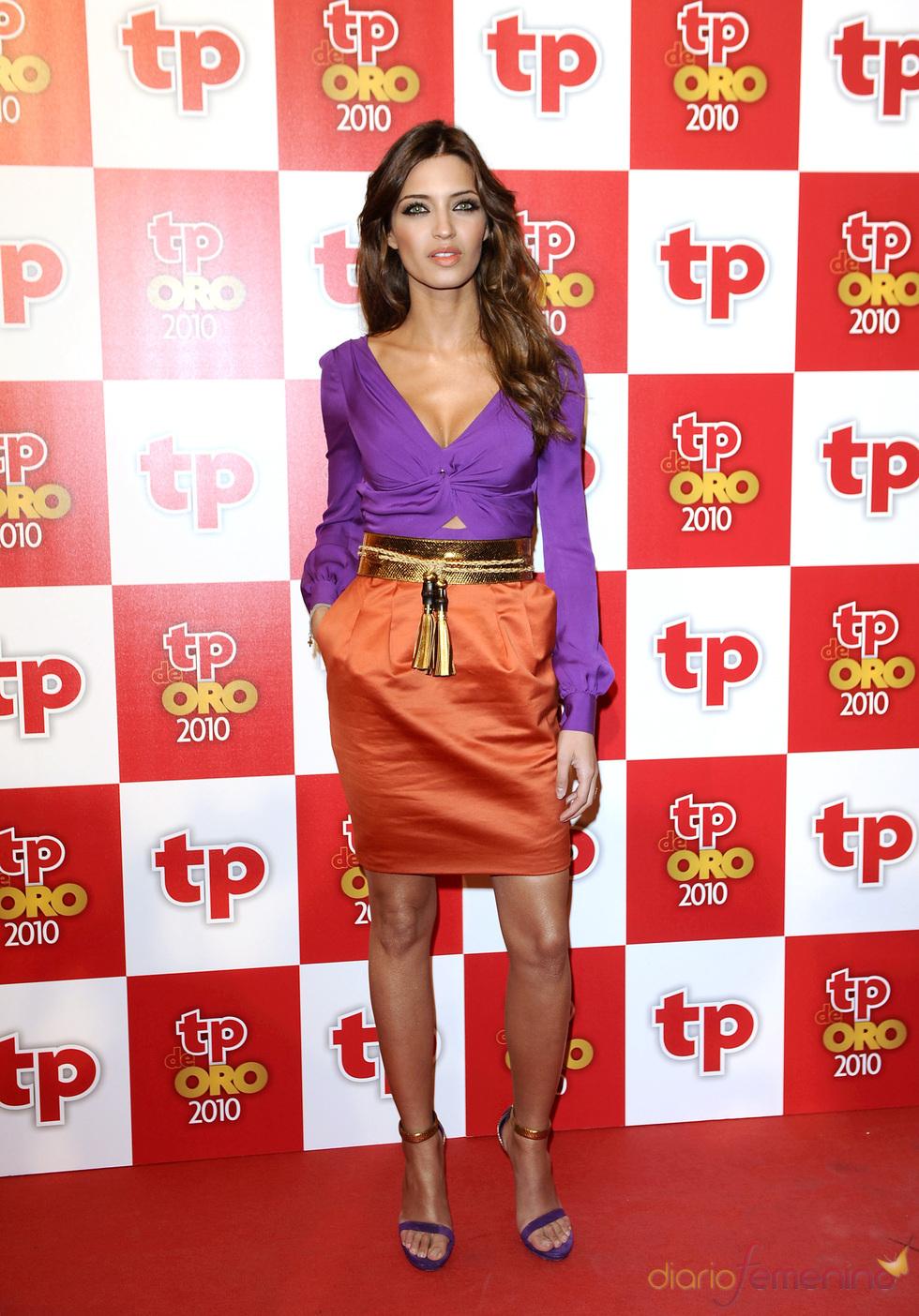Sara Carbonero con un vestido de Gucci morado y naranja