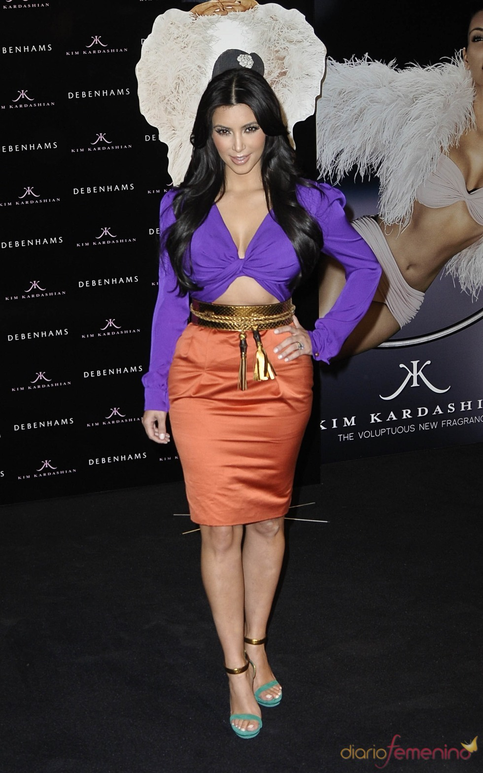 Kim Kardashian con un vestido de Gucci morado y naranja