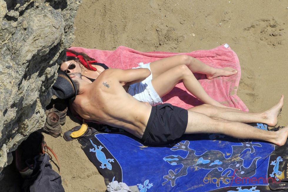 Olivia Molina y Sergio Mur se besan en sus vacaciones en Ibiza