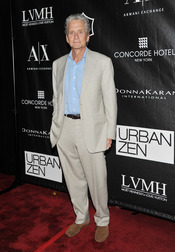 Michael Douglas en los Premios Urban Zen Stephan Weiss Apple