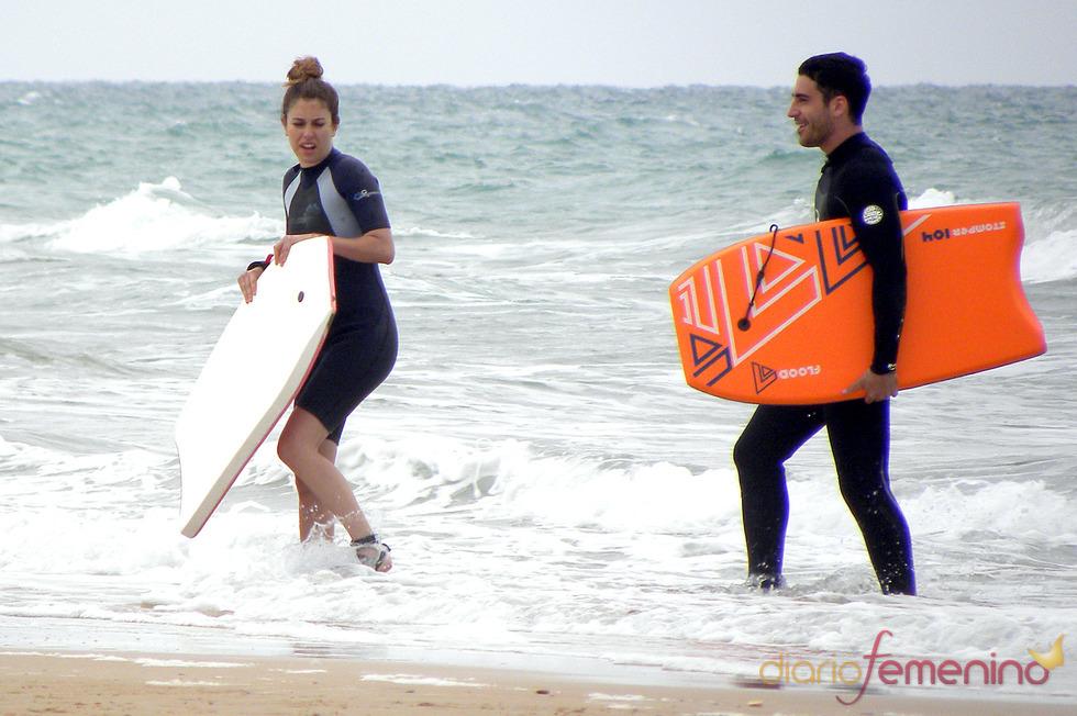 Miguel Ángel Silvestre enseña a surfear a Blanca Suárez