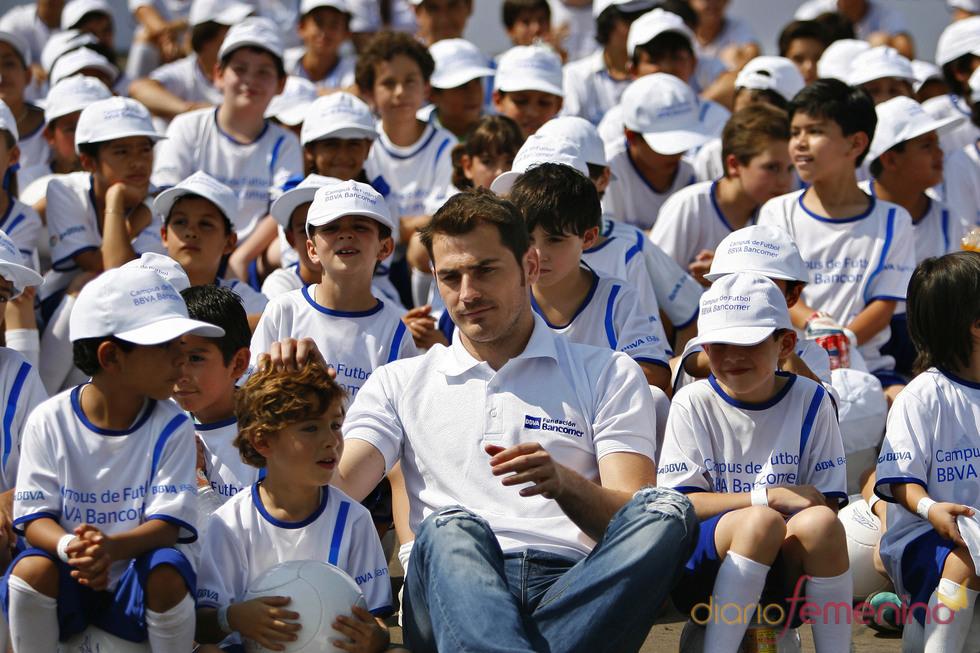 Iker Casillas en México con un grupo de niños