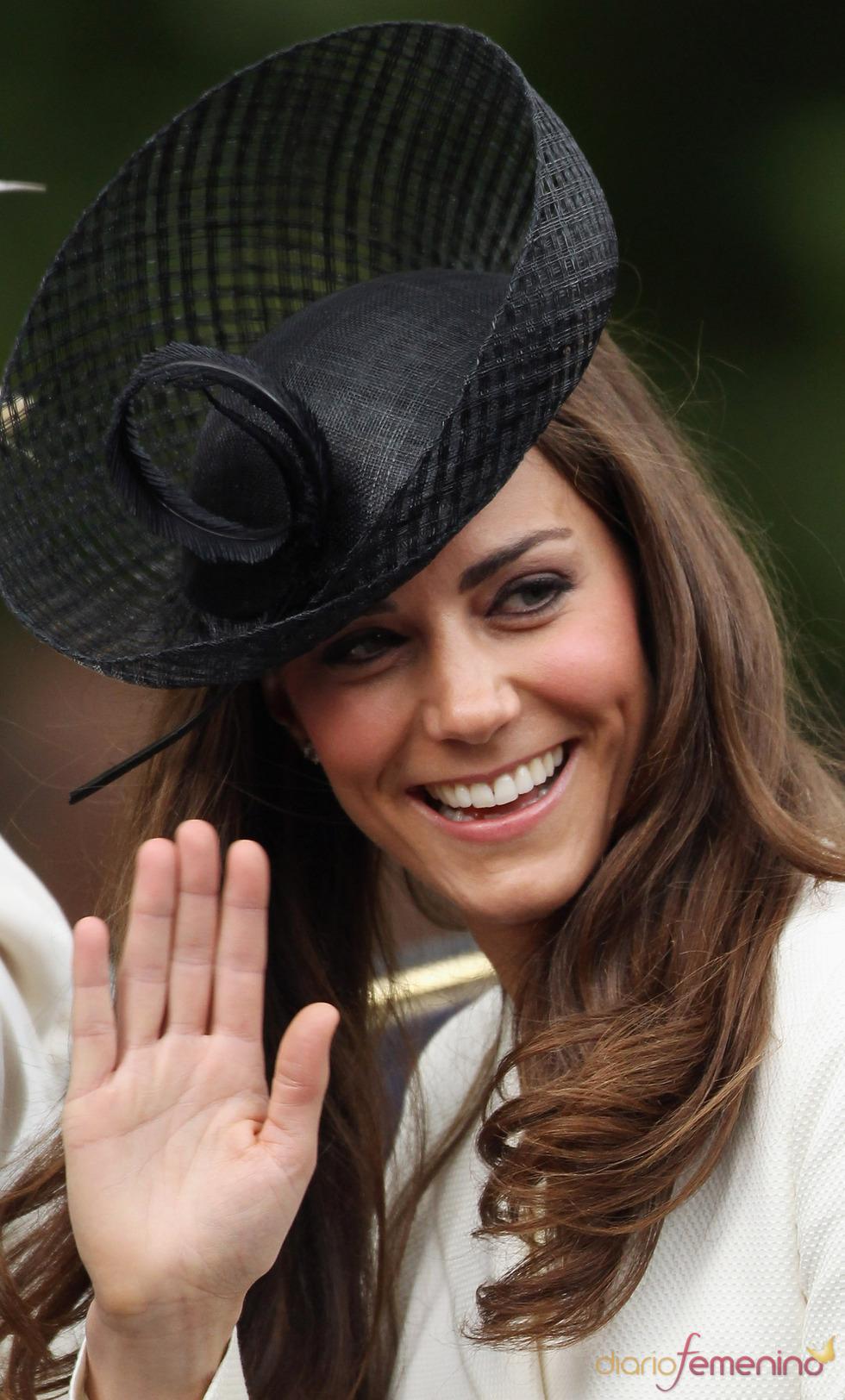 Kate Middleton saluda desde su carruaje durante el 'Trooping of colour' 2011