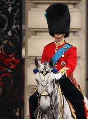 El príncipe Guillermo, a caballo durante el 'Trooping of Colour' 2011