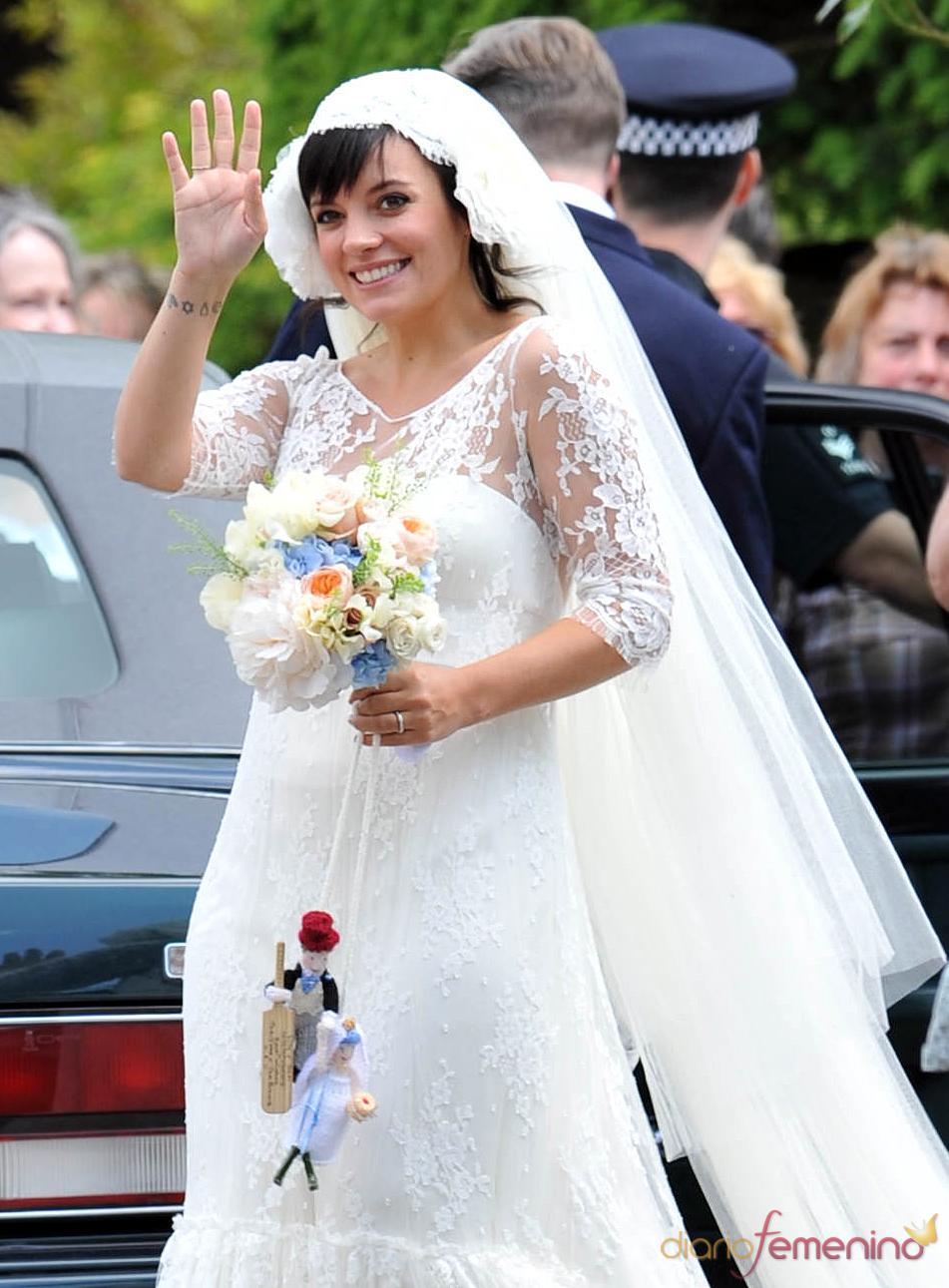 d01678d37 Lily Allen y su curioso ramo de novia con muñecos