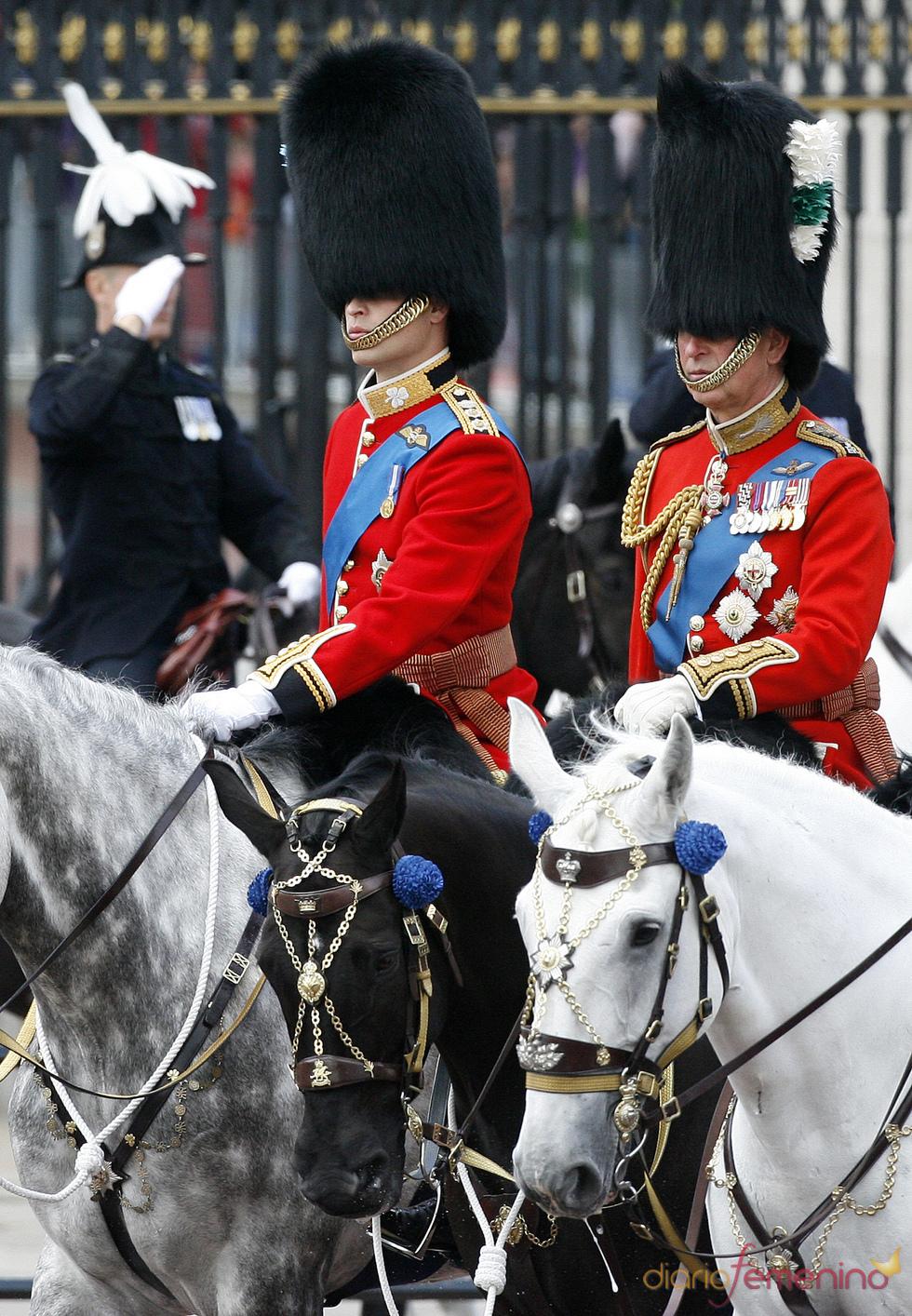 El príncipe Carlos y Guillermo, a caballo en el 'Trooping the Color' 2011