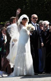 Lily Allen saluda junto a su padre en el día de su boda