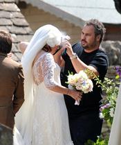 Lily Allen da los últimos retoques a su velo de novia