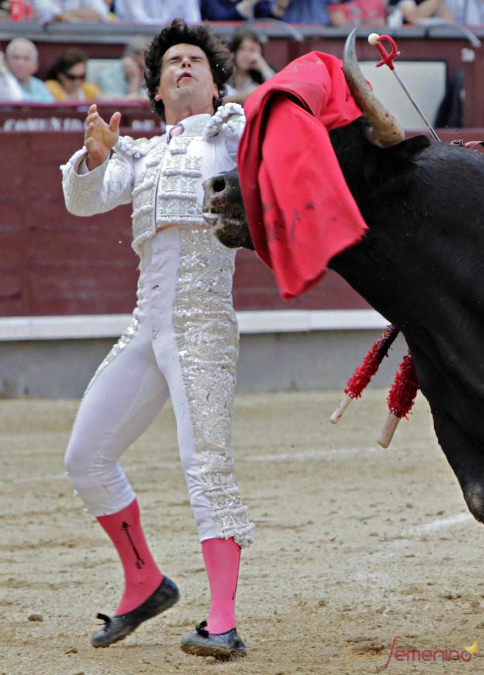 Miguel Abellán sufre una aparatosa cogida en la plaza de Las Ventas