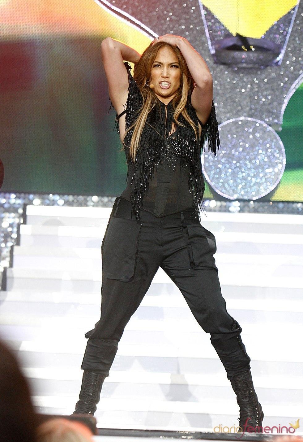Jennifer Lopez durante su actuación en el Summertime Ball 2011