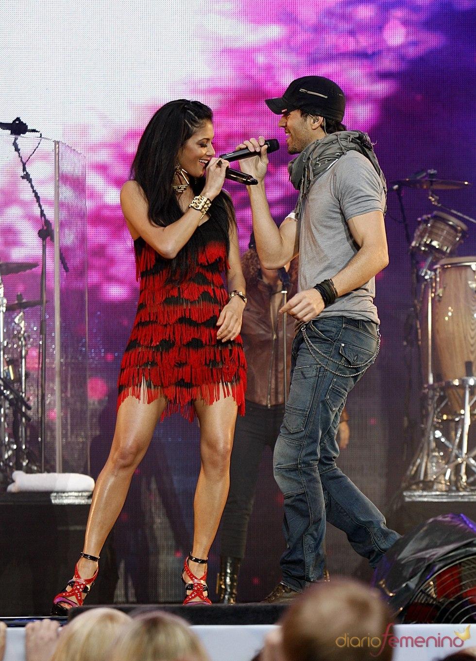Enrique Iglesias actúa con Nicole Scherzinger en el Summertime Ball 2011