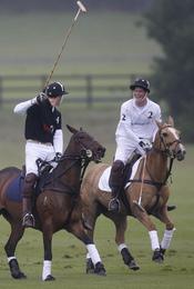 Los Príncipes Guillermo y Harry de Inglaterra en un partido de polo