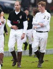 Los Príncipes Guillermo y Harry de Inglaterra disputan un partido de polo