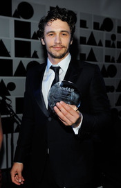 James Franco con su premio en la Gala amfAR 2011