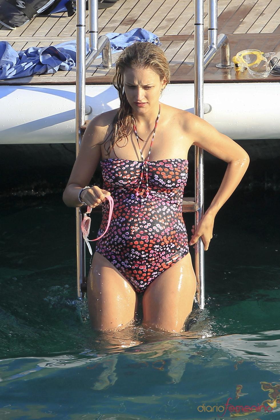 Alba Carrillo luce embarazo de vacaciones en Ibiza