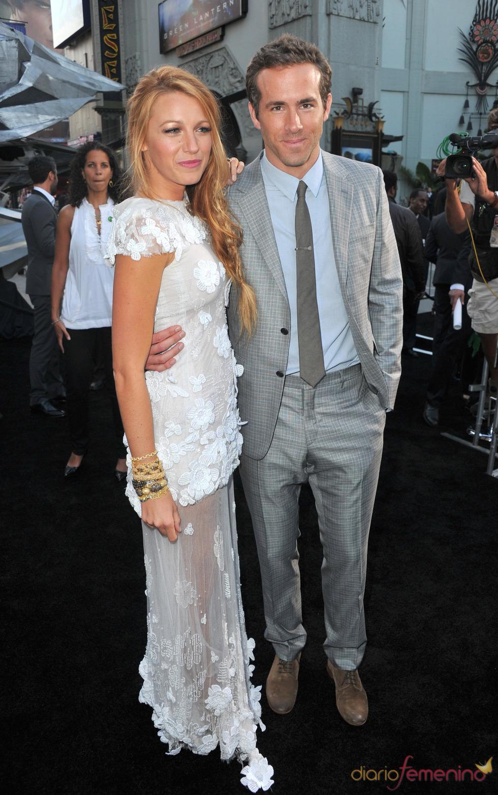 Blake Lively y Ryan Reynolds posan en el estreno de 'Linterna Verde' en Los Ángeles