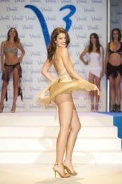 Paula Guilló desfila en la pasarela de los Premios Venus de Diseño 2011