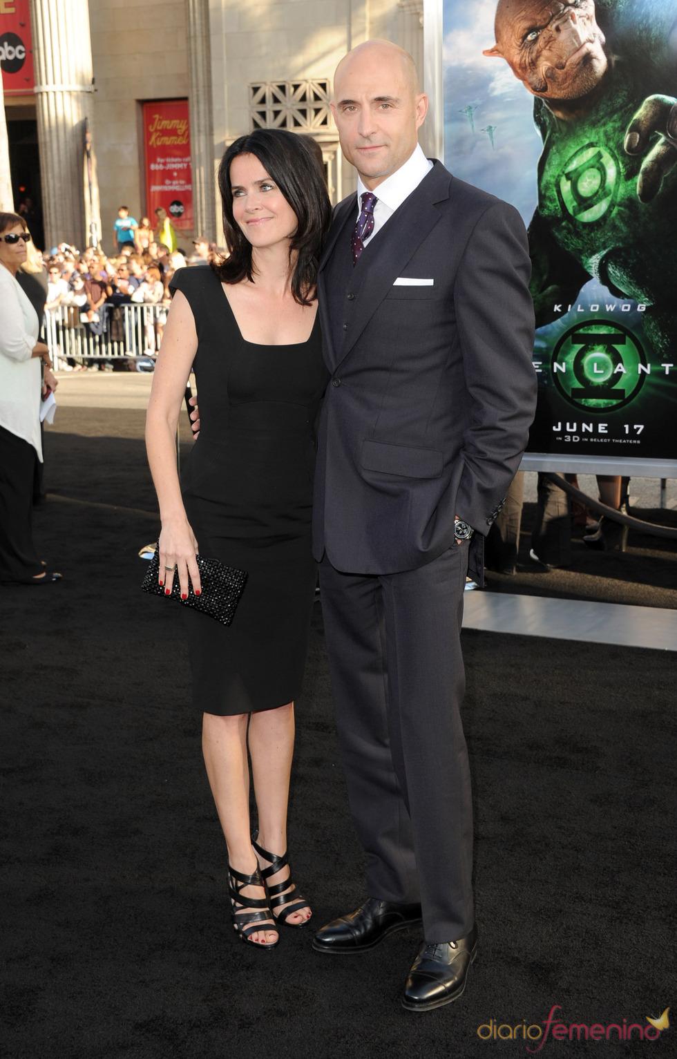 Mark Strong y Liza Marshall en el estreno de 'Linterna Verde' en Los Ángeles