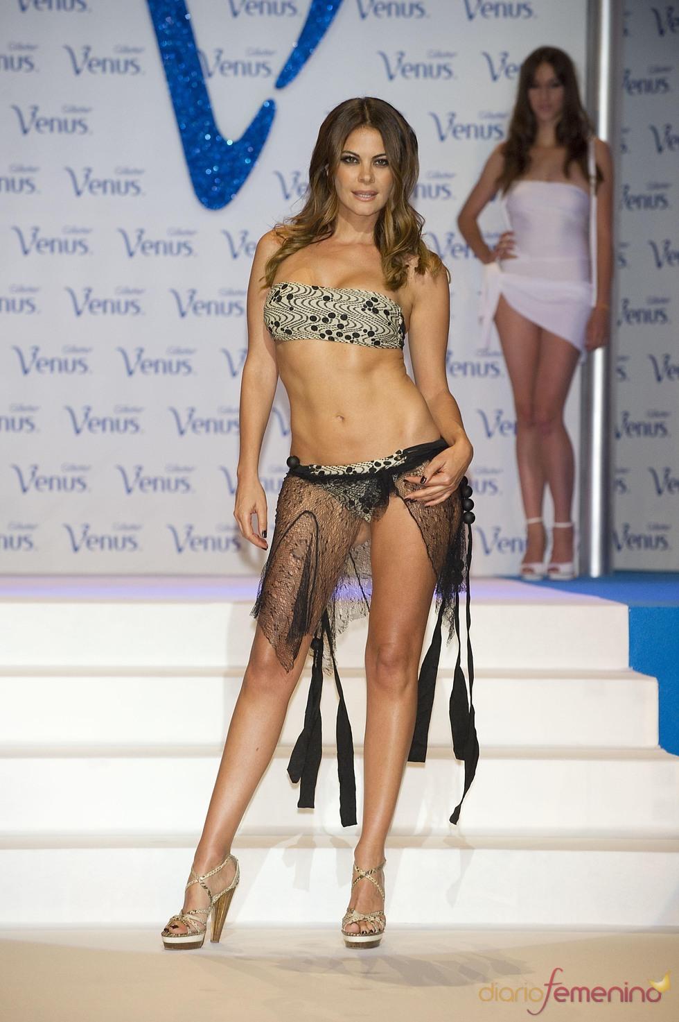 María José Suárez desfila en la pasarela de los Premios Venus de Diseño 2011