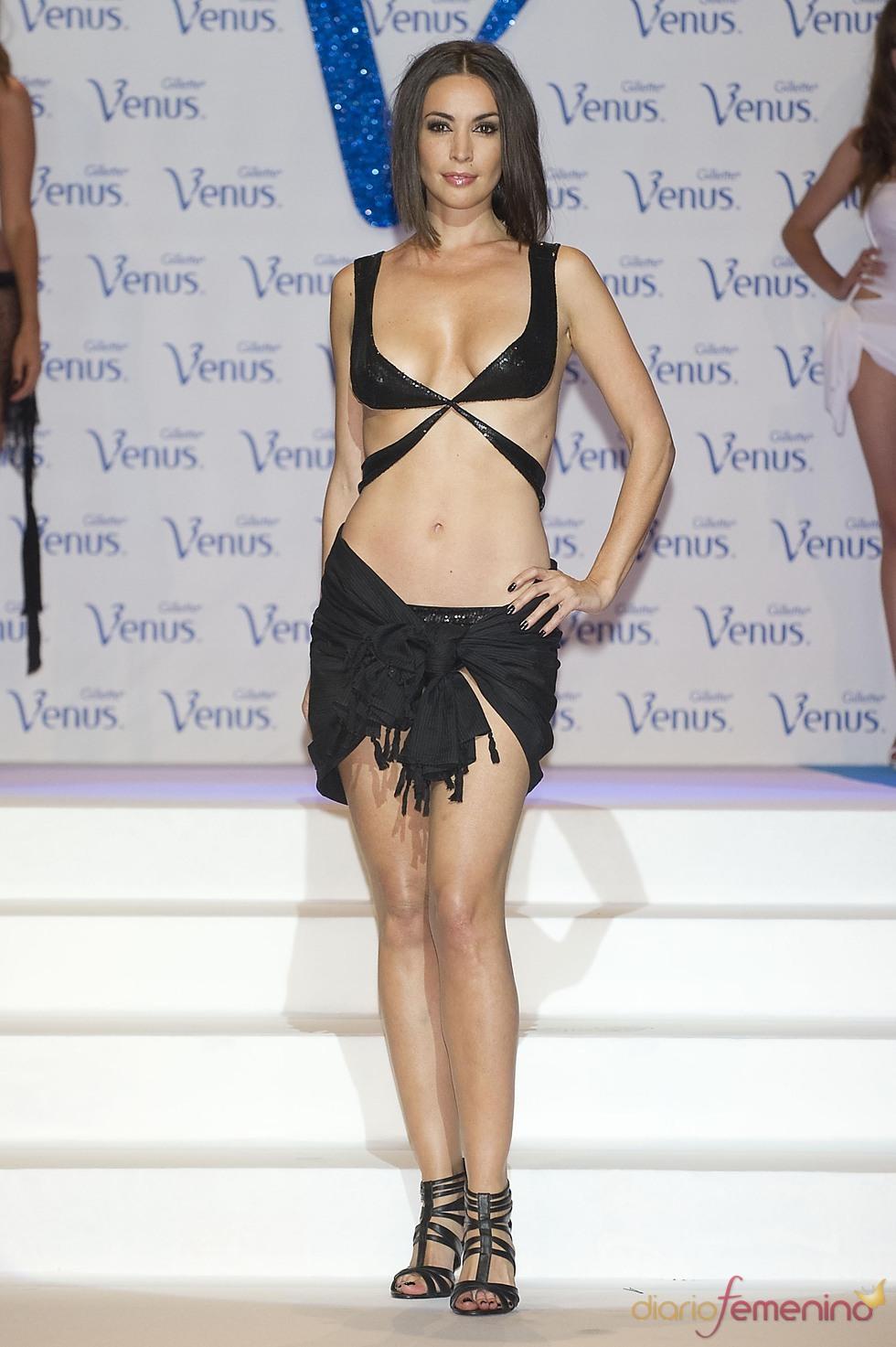 María José Besora desfila en la pasarela de los Premios Venus de Diseño 2011
