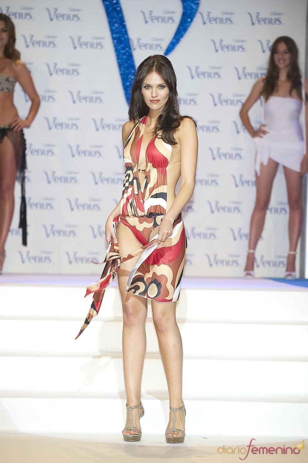 Helen Lindes desfila en la pasarela de los Premios Venus de Diseño 2011