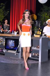 Elisabetta Canalis demuestra sus dotes para cocinar