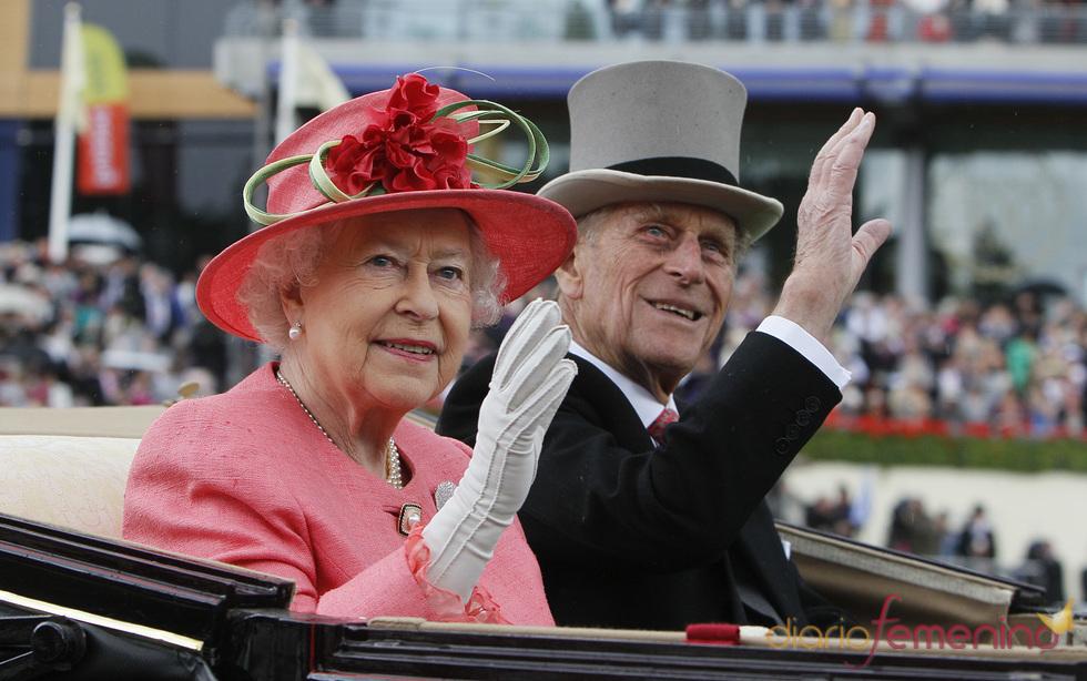 Isabel II de Inglaterra y su marido en la tercera jornada de las carreras de Ascot