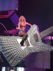 Britney Spears sobre una guitarra gigante en su concierto en Sacramento