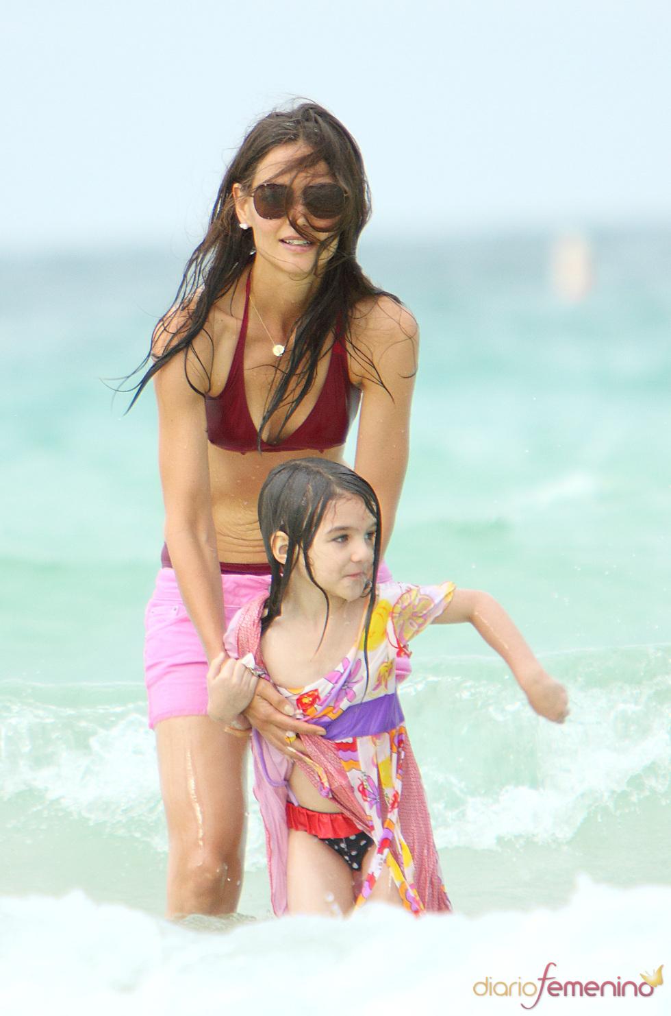 Suri Cruise y Katie Holmes disfrutan en la playa