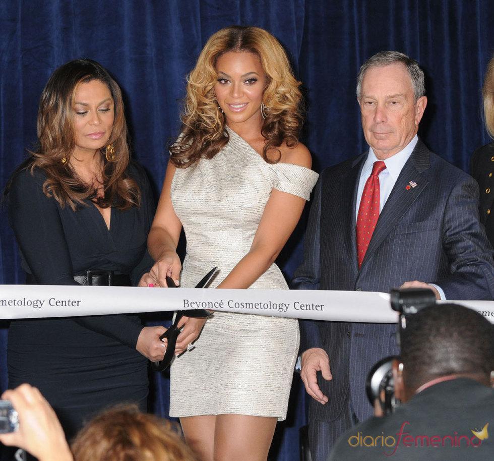 La cantante Beyoncé inaugura el Beyonce Cosmetology Center
