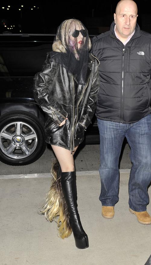 Lady Gaga: cabeza tapada y botas con pelos