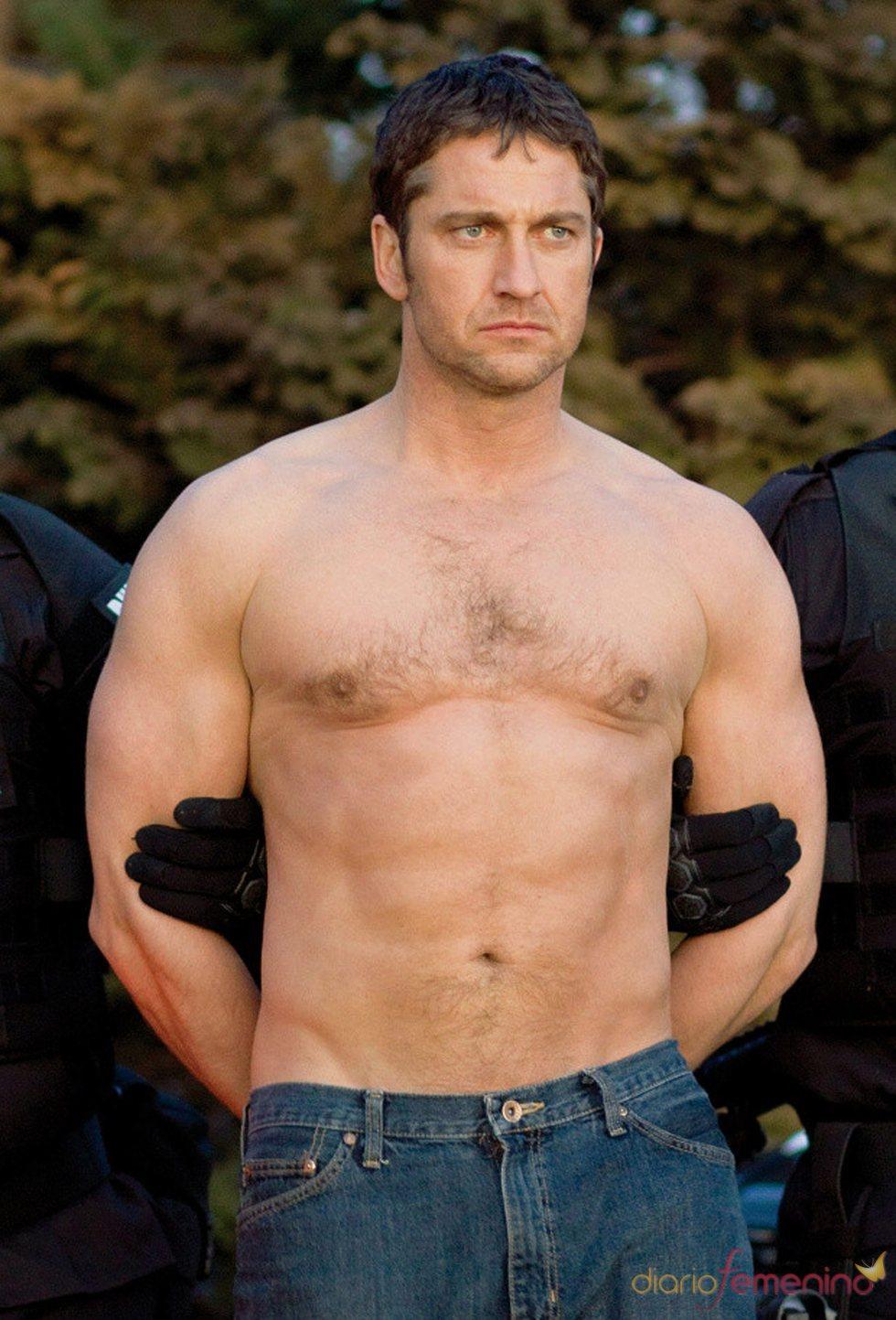 Gerard Butler, enseñando torso
