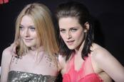 Kristen Stewart y Dakota Famming en la premiere de 'The Runaways'