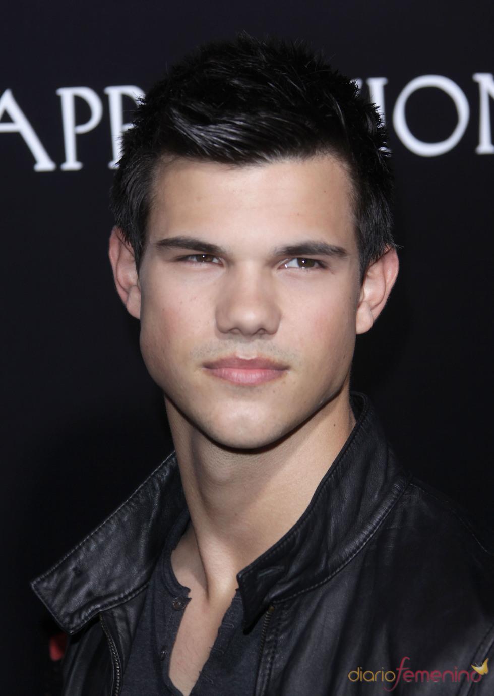 Taylor Lautner, apoyando a Kristen en la premiere de 'The Runaways'