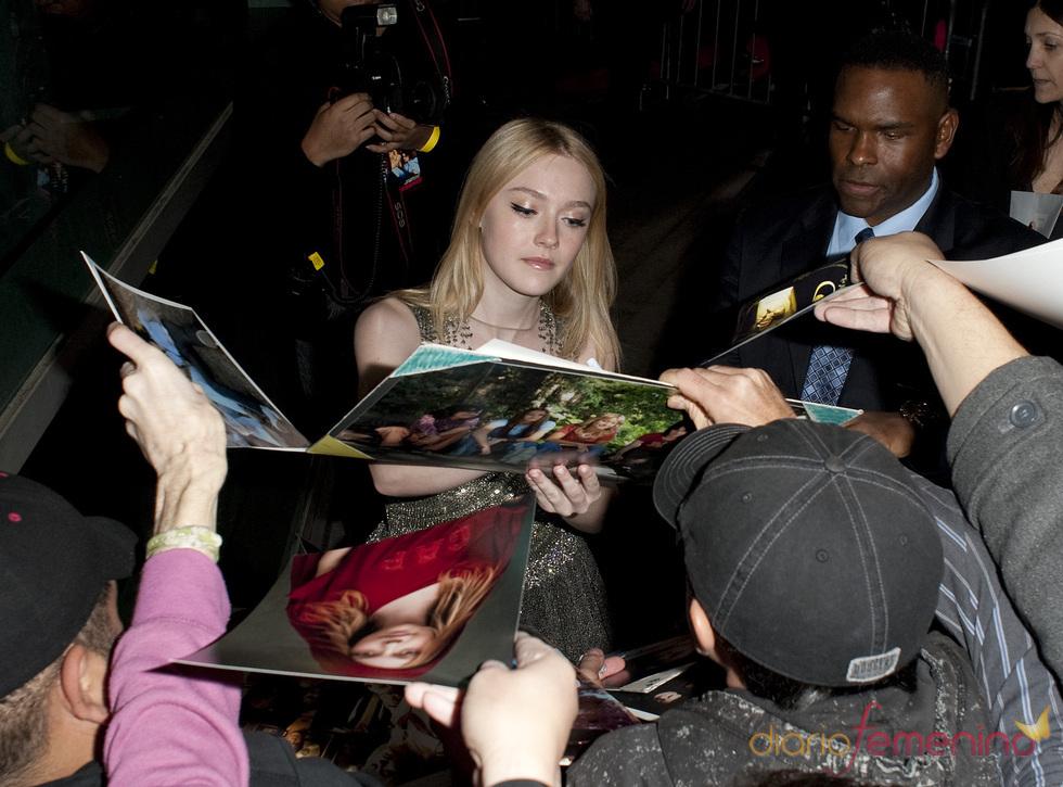 Dakota Fanning con sus fans en la premiere de 'The Runaways'