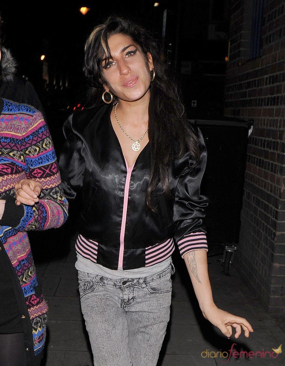 Amy Winehouse, paseando por Londres