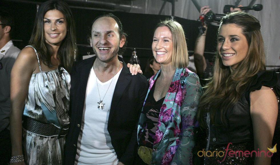 Raquel Perelada, Elena Tablada y Fiona Ferrer con Custo