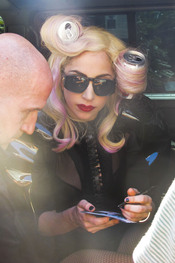 Lady Gaga, con rulos en lata