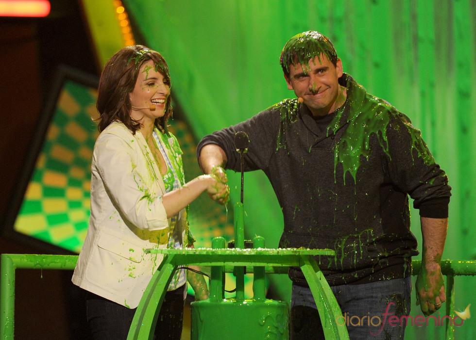 Steve Carrell y Tina Fey cubiertos de pintura