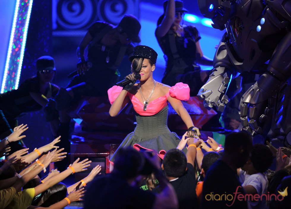 Rihanna canta en los Kids Choice Awards 2010