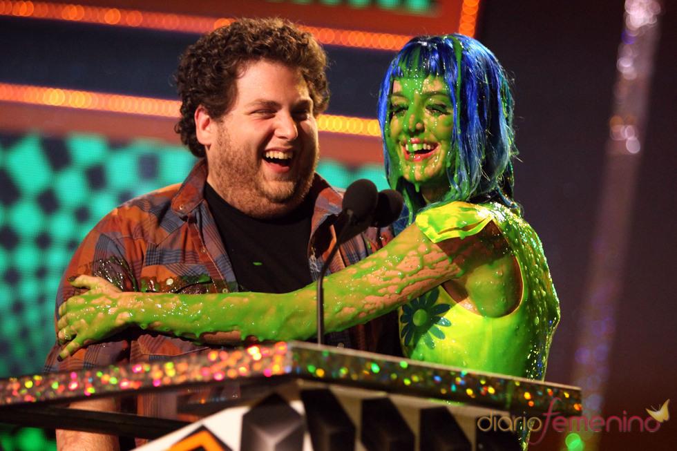 Katy Perry, cubierta de pintura, abraza a Jonah Hill