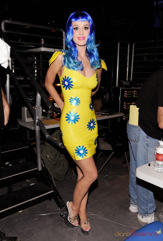 Katy Perry, vestido amarillo y peluca azul