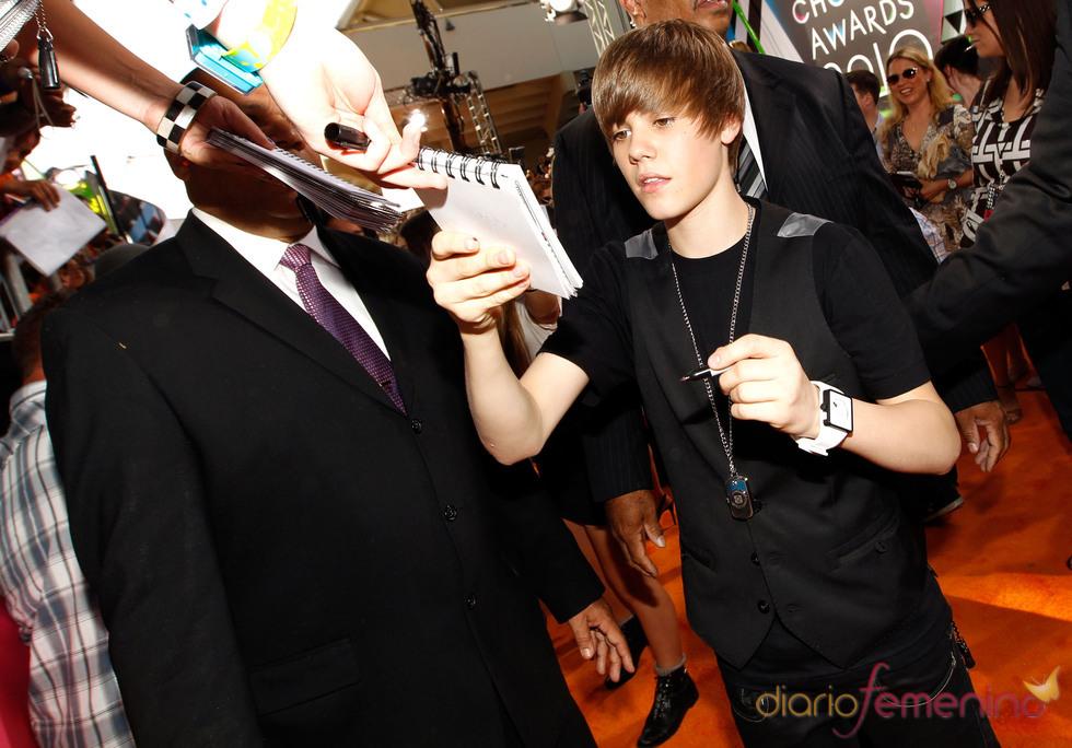 Justin Bieber firma autógrafos a los fans