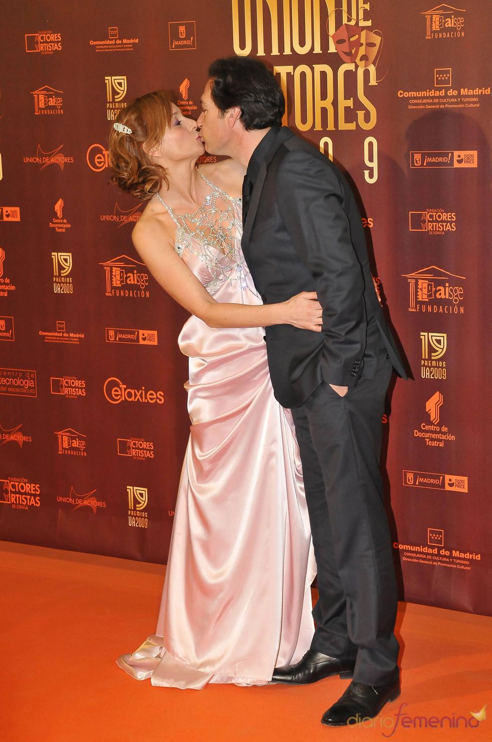 Beso apasionado en los XIX Premios de la Unión de Actores