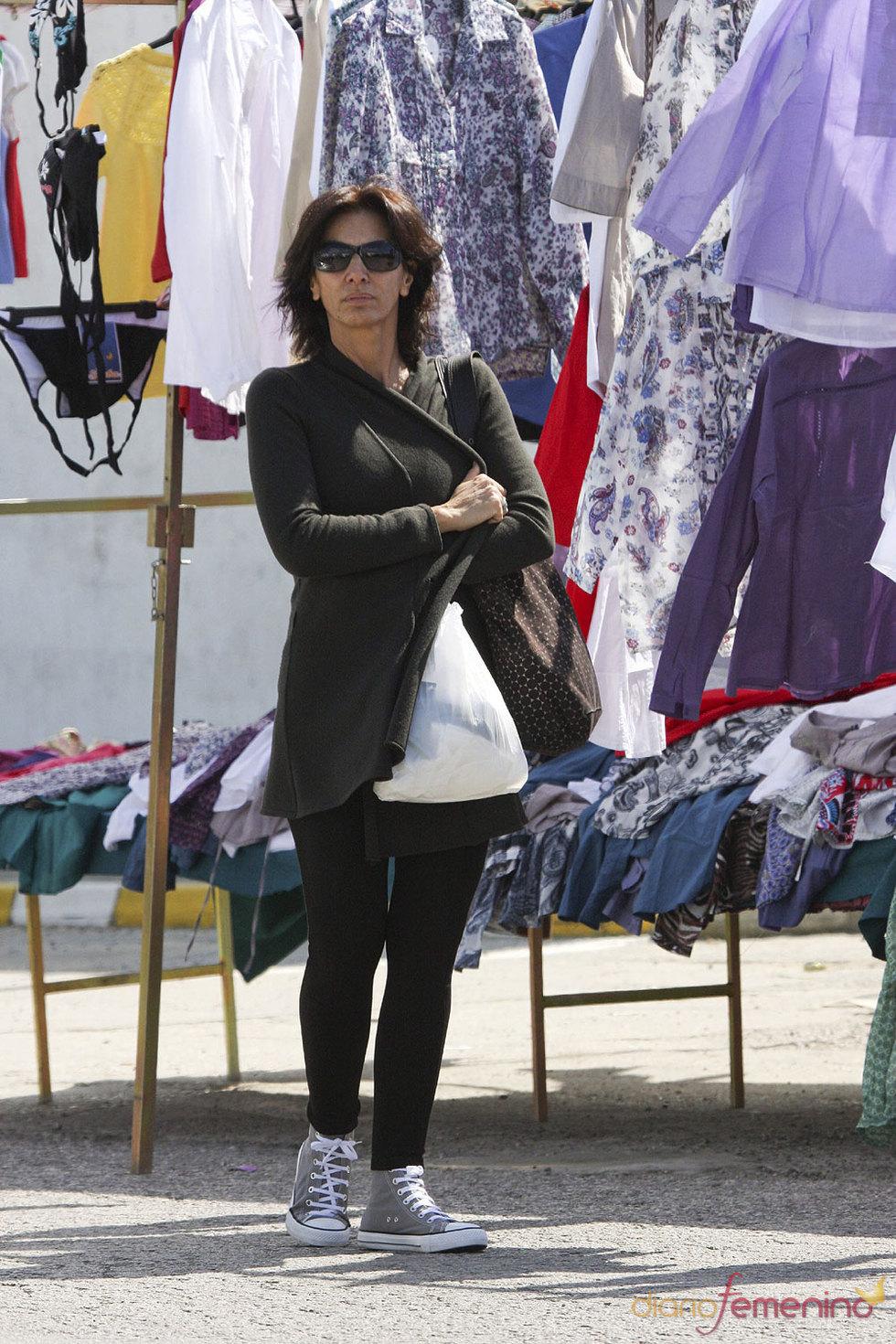 Pastora Vega en un mercadillo en Semana Santa