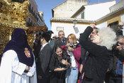 La Duquesa de Alba emocionada en la Semana Santa de Sevilla