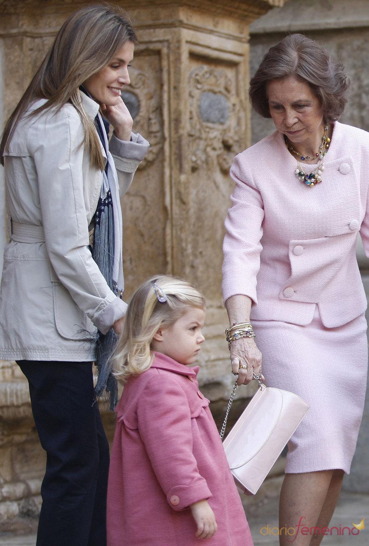 La Princesa Letizia y la Reina Sofia juntas en la Semana Santa de 2010